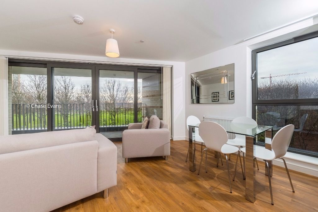 @ A very large 2bed 2bath property - minutes from station - Stunning park views!!