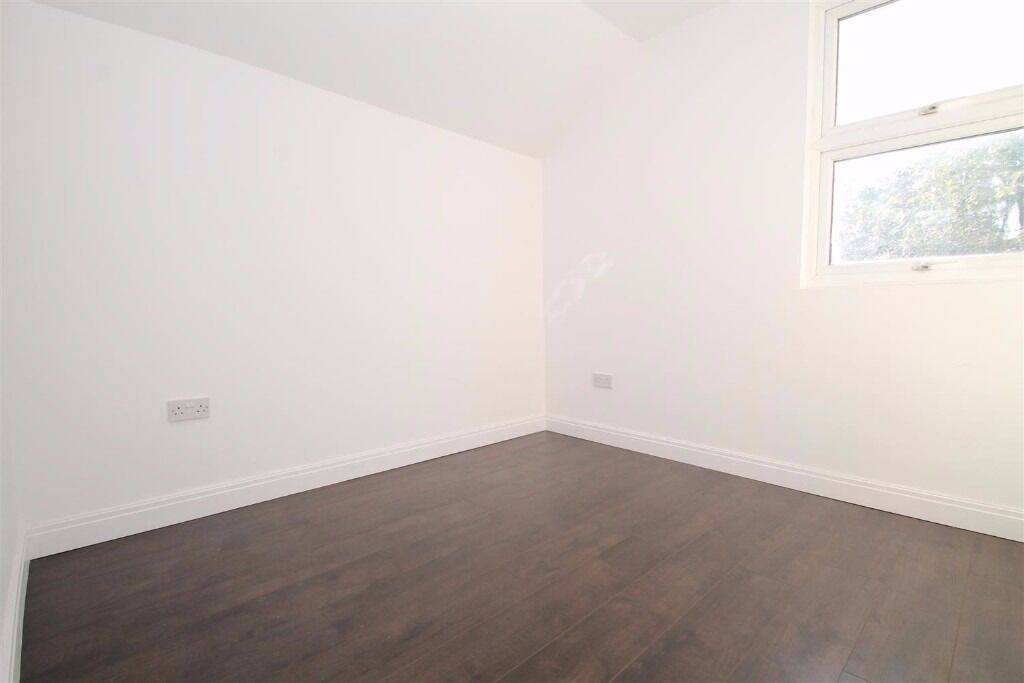 Crowther Road - RECENTLY REFURBISHED !! Very large 3 bedroom flat !