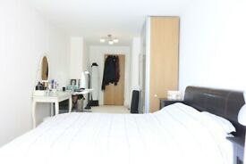 Stunning Large Bedroom with Living Area & Private Balcony 31 Millharbour 8 Walk Mins To Canary Wharf