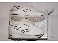 REEBOK CLASSIC SIZE 4 SHOES IN ORGINAL BOX. ALMOST NEW.