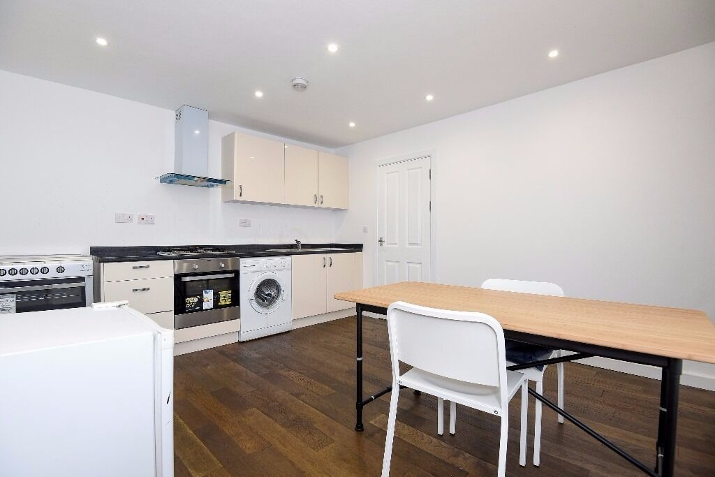 Rosendale Road - Newly redecorated two bedroom top floor flat to rent located in a period building
