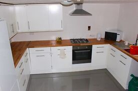 FULLY FURNISHED DOUBLE BEDROOM WITH ENSUITE VERY CLOSE TO TOWN AND GENERAL HOSPITAL