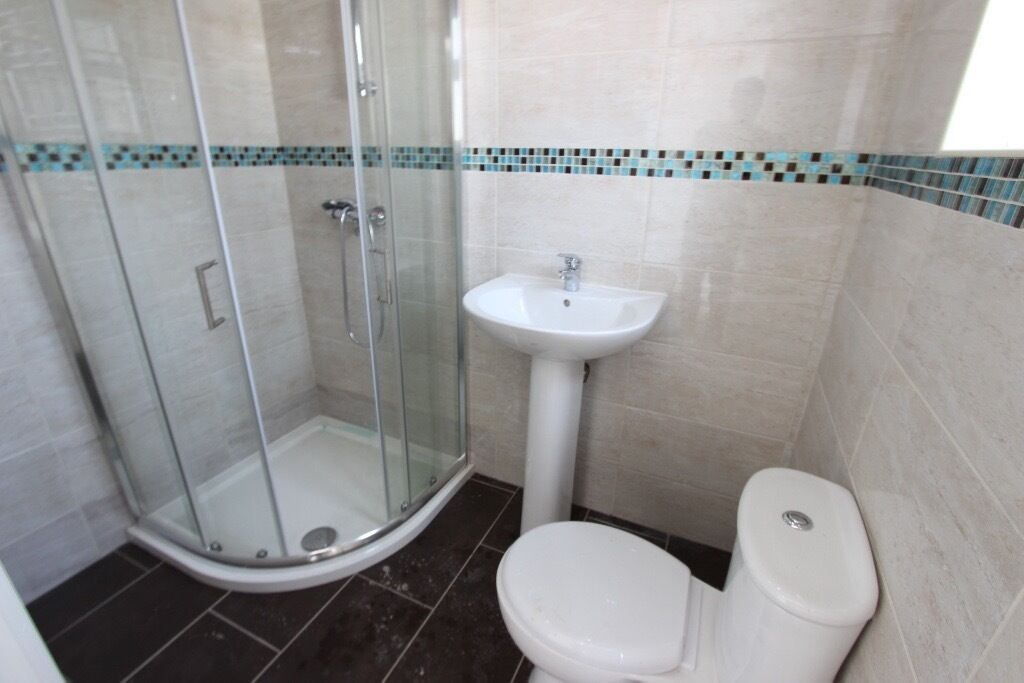 2 bed Romford. FLAT. AVAILABLE NOW. Close to train, shops, gym and more. Parking, Furnished RM1