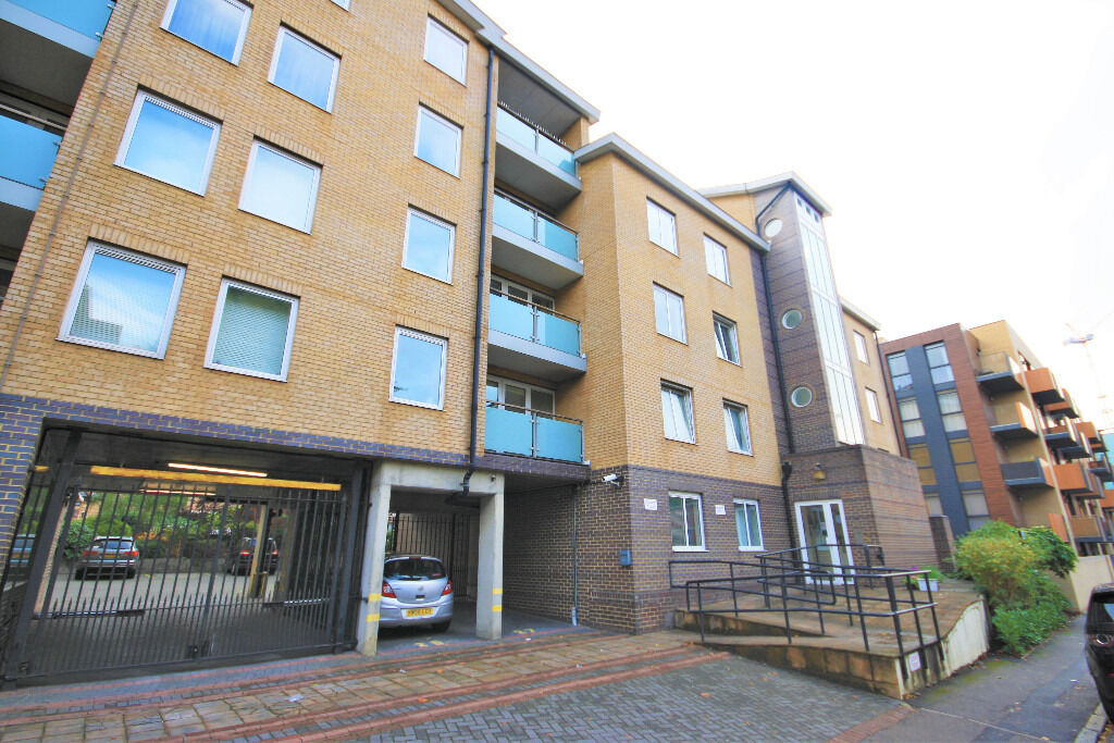 stylish one double bedroom apartment located in the popular Iceland Wharf development