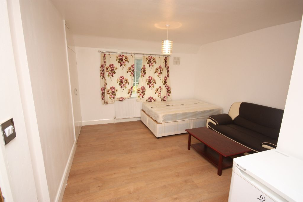 Including bills! A lovely modern studio flat , close to East Acton, W12 Station & amenities