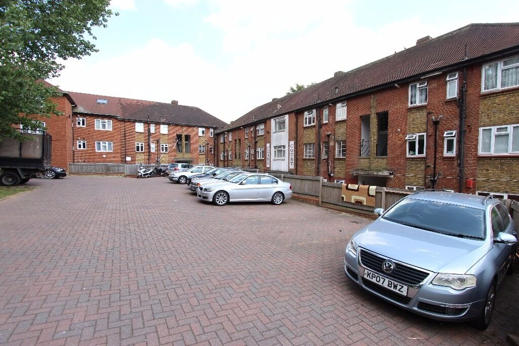 **2 Bedroom Flat Near Oakwood Station**