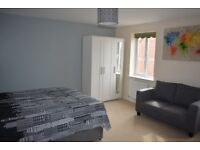 King Size Suite To Let . Professionally Cleaned House *Bills, Wifi Washing Machine & Dryer Included*