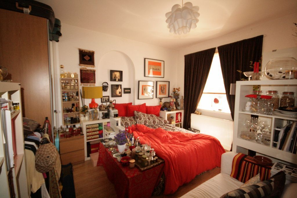 Large 1 bed next to tube station only £335pw
