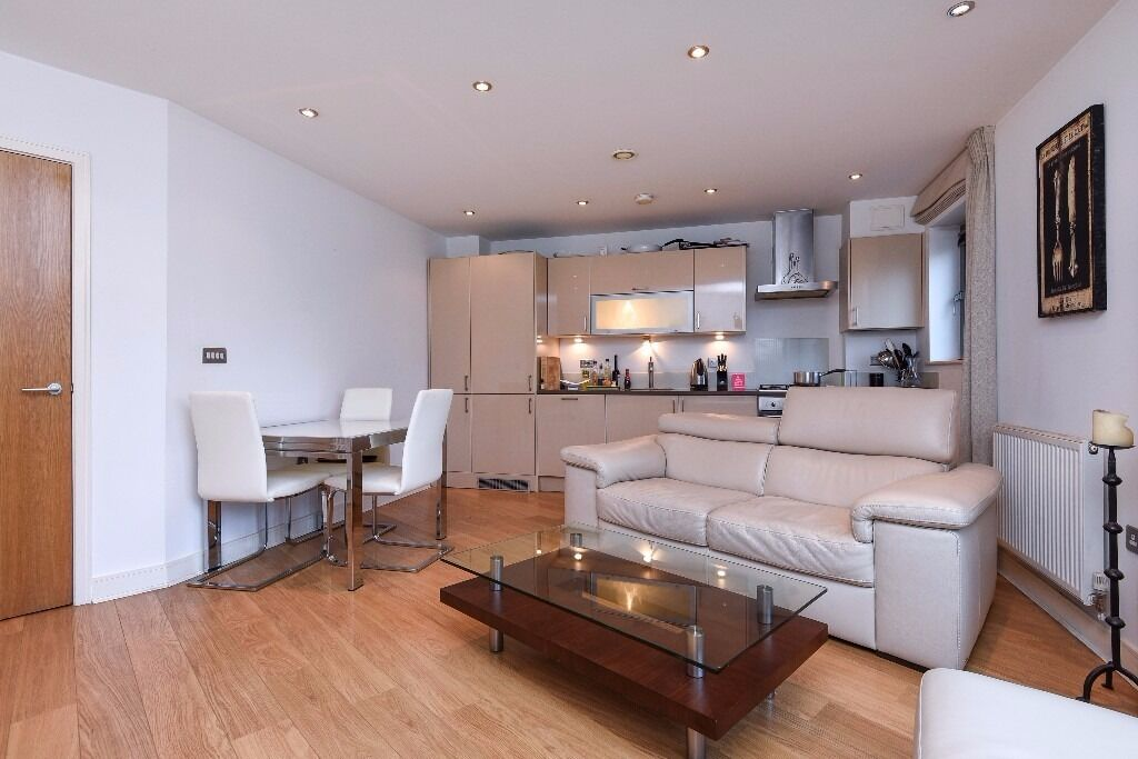 Modern well-presented 2 bed flat, set within a new build development. Battersea Park Road SW11