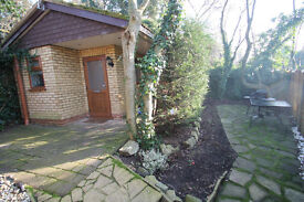 1 bedroom secluded bungalow with private patio, close to Mill Hill station