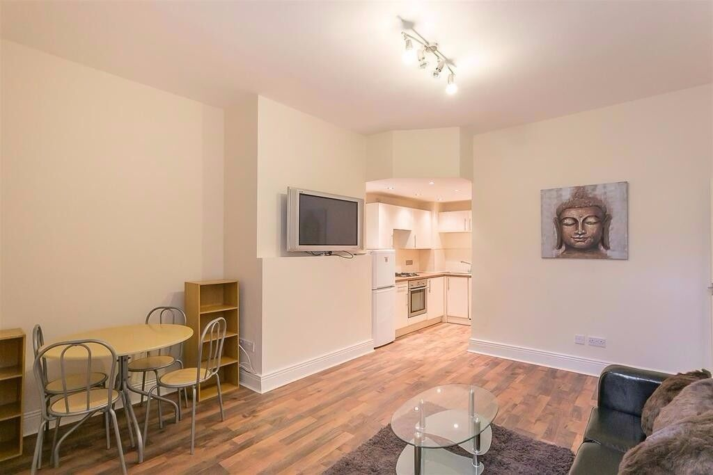 3 bedroom flat to rent in Stratford