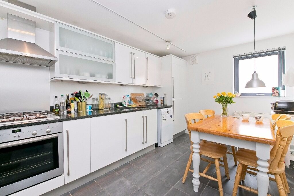 NICELY FINISHED 2 DOUBLE BEDROOM APARTMENT WITH BALCONY MOMENTS FROM KENTISH TOWN UNDERGROUND