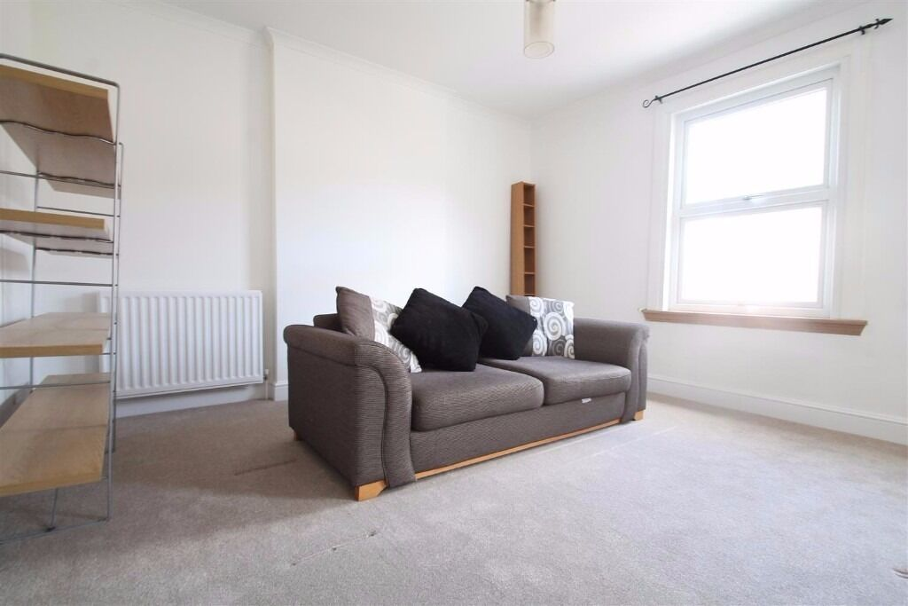 Heathfield Road - STUNNING SPACIOUS 2 BEDROOM FLAT, STONES THROW AWAY FROM SOUTH CROYDON STATION !!