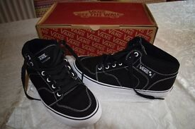Vans Off The Wall, Brooklyn, Black / White Hi Top Canvas sneaker. Size 9. New Boxed.