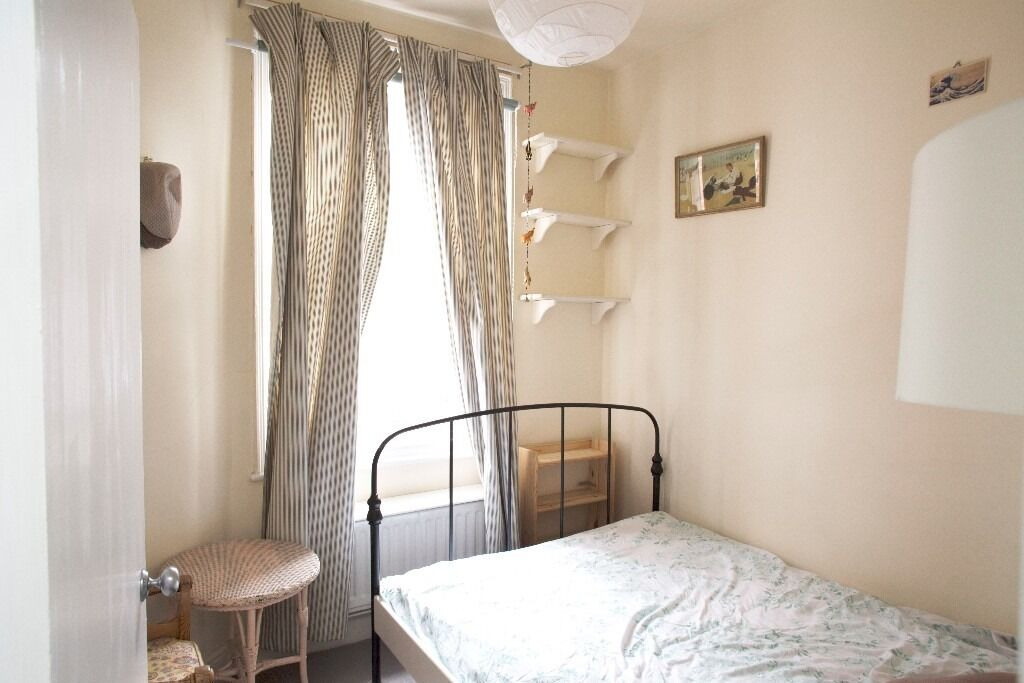 Light single room in lovely flat available for one month in W3 with garden