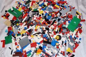 LEGO USED BRICKS OVER 2 KG. BRICKS, BASE, CAR PARTS AND MORE.