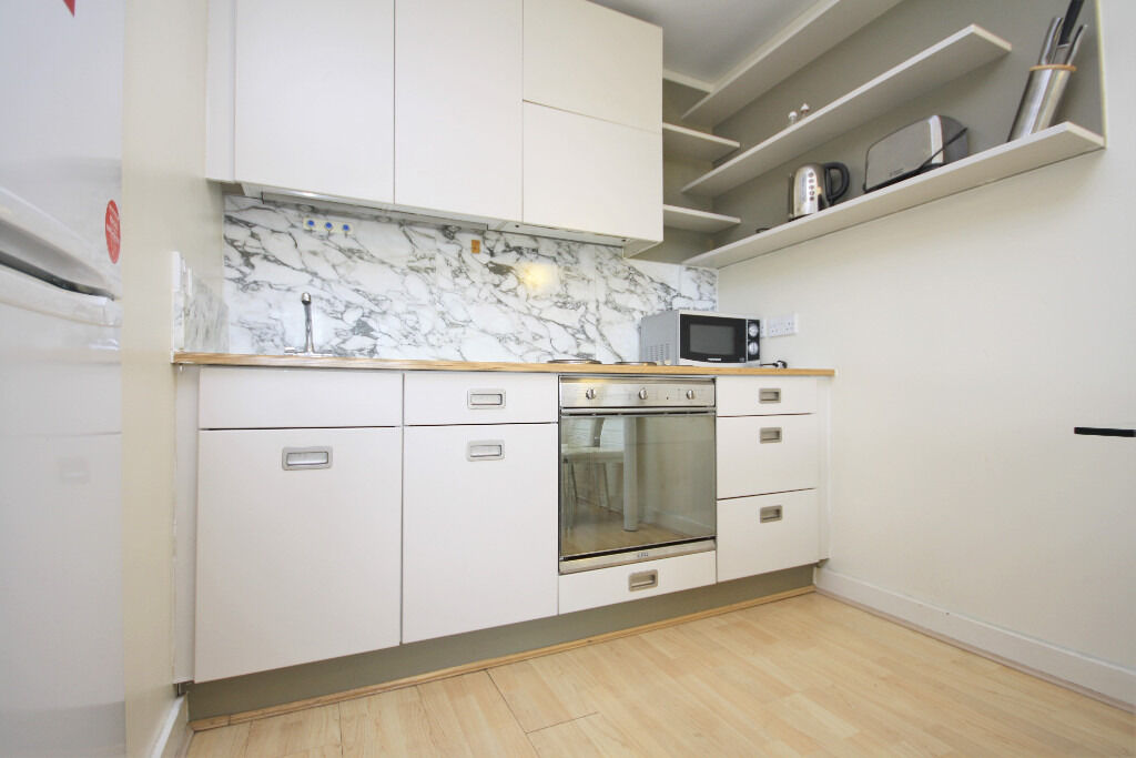 1 bed apartment set within the ever popular Deals Gateway, ideally located to Deptford Bridge DLR