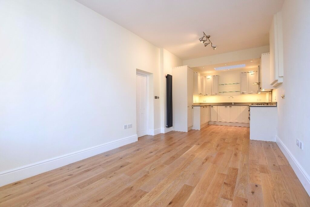 Newly refurbished flat, 2 large double bedrooms, high ceilings &wooden flooring. Parkgate Road SW11