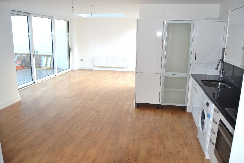AMAZING NEW 4 BEDROOM 3 BATH HOUSE WITH PRIVATE GARDEN & ROOF TERRACE NR ZONE 2 TUBE & 24 HR BUSES