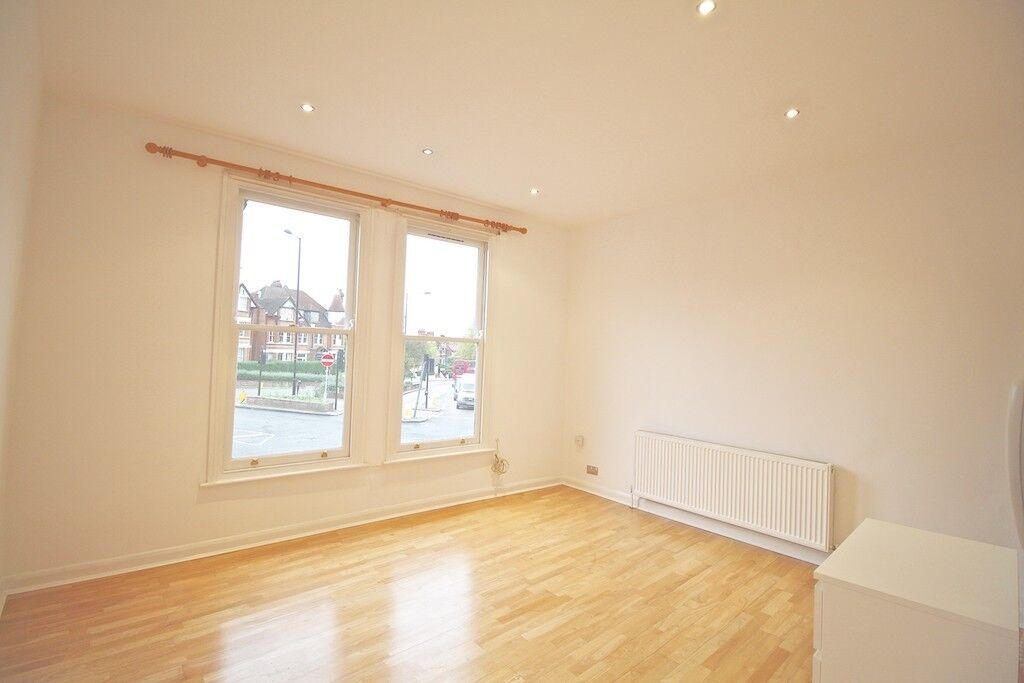 A SUPER SELF CONTAINED STUDIO FLAT MUSWELL HILL