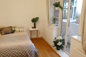 Double room with private balcony in gay flat share 5 min from forest hill station, gym and high st