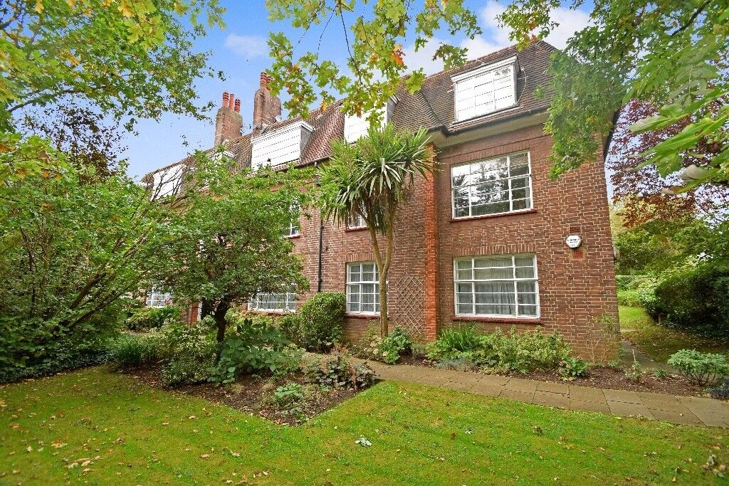 A spacious three bedroom flat with private garage available in November near East Finchley Station