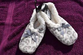 BNWT M-L Ladies Fluffy Pink & Grey Spotty Slippers Rubber Dot Bottom