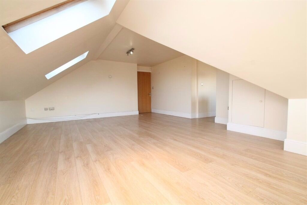 Sydenham Road: VERY LARGE 2 BED 2 BATH FLAT !! Excellent location 5 mins from East Croydon !!