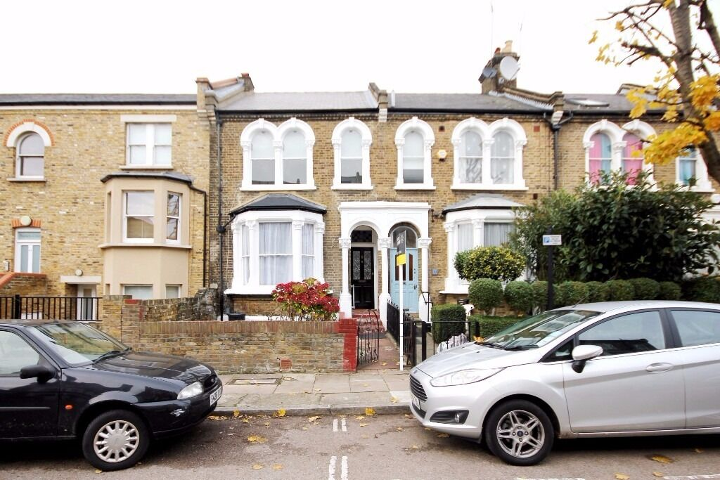 Newly refurbished beautiful finish 1 bedroom top floor flat available now must see!