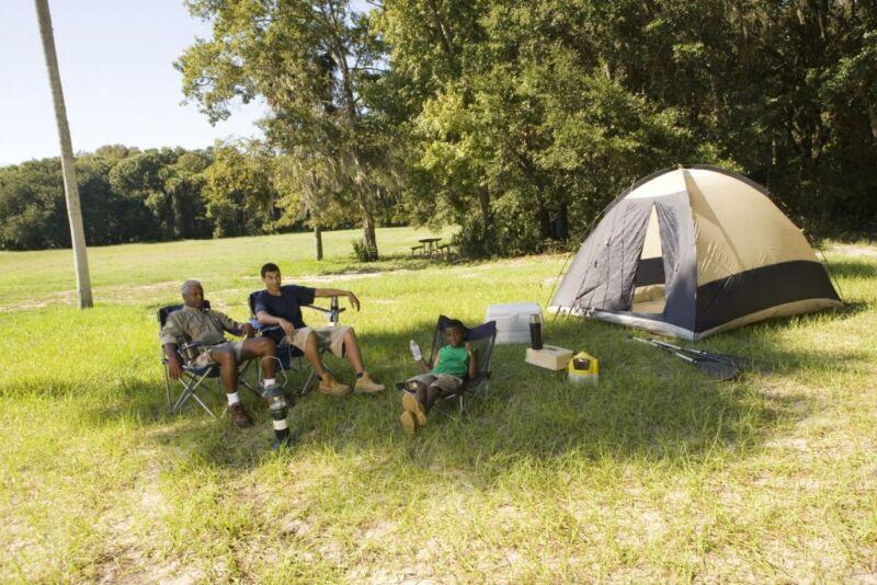 Mit einer gebraucht gekauften Camping-Ausrüstung lässt sich viel Geld einsparen. (Foto: Thinkstock)