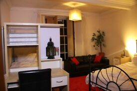 Great room -sleeps 4 - in central Edinburgh for month of July