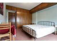 VERY BIG,CLEAN AND BRIGHT ROOM WITH DOUBLE BED AVAILABLE TO RENT