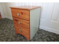 Pine chest of drawers:
