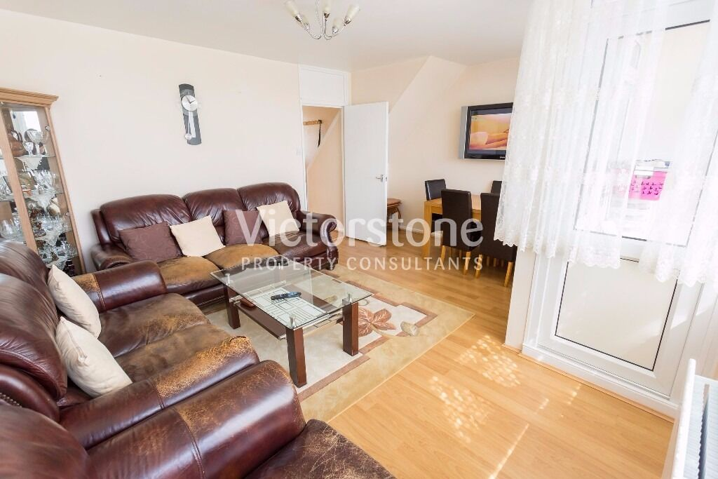 MUST SEE 3 BEDROOM MAISONETTE IN BETHNAL GREEN SPLIT LEVEL TWO FLOORS LOUNGE BALCONY