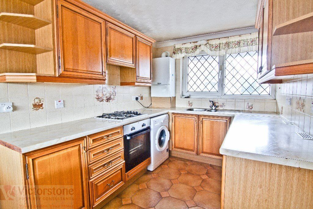 GREAT VALUE FOUR DOUBLE BEDROOM FLAT WITH LARGE KITCHEN