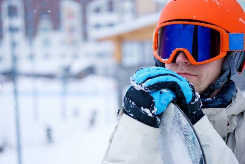 Ein gebrauchter Snowboardhelm erhöht die Sicherheit auf der Piste. (Foto: Thinkstock)