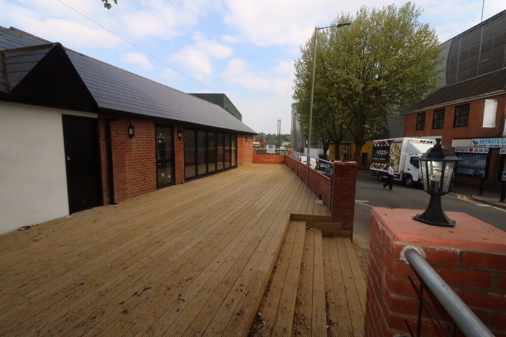 Newly refurbished premises ideal for a large coffee chain, fast food outlet or restaurant.