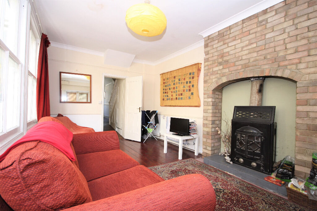 3 bedroom house, located in Greenwich and offered furnished. Plenty of space in this property!!