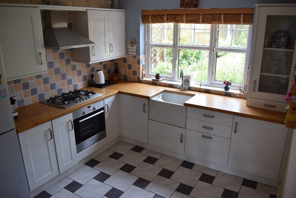 Used Shaker high gloss white fitted kitchen with appliances (REDUCED FOR QUICK SALE)