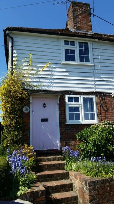 Beautiful Kentish country cottage close to transport links