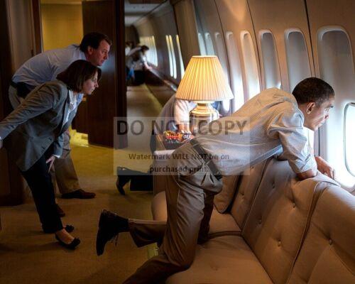 BARACK OBAMA OBSERVES TORNADO DAMAGE FROM AIR FORCE ONE - 8X10 PHOTO (CC-077)