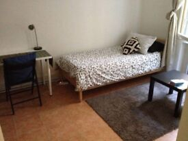 Double Room in Earlsfield! Below Market Price! Awesome value! GREAT Location! Call us now for info