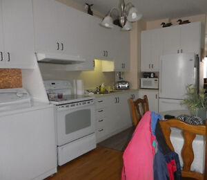 4 1/2, 2e étage, Chauffé et eau chaude incluse,tranquille