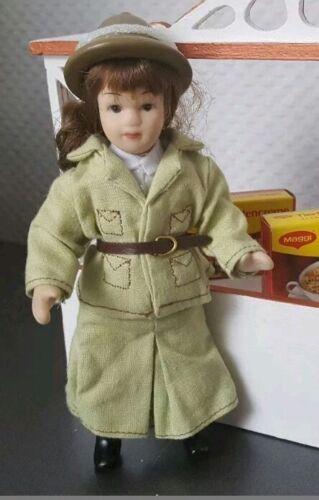 Porzellan Puppe Mädchen für Puppenstube Puppenhaus Safarikleidung