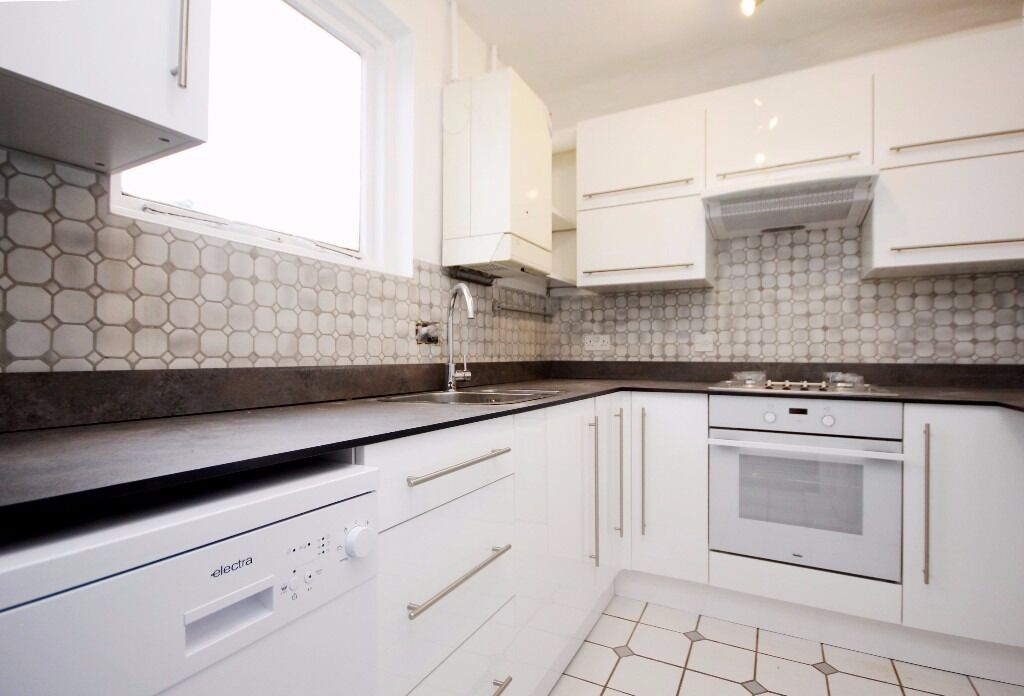 Newly refurbished 2 bedroom top floor flat with a private roof terrace