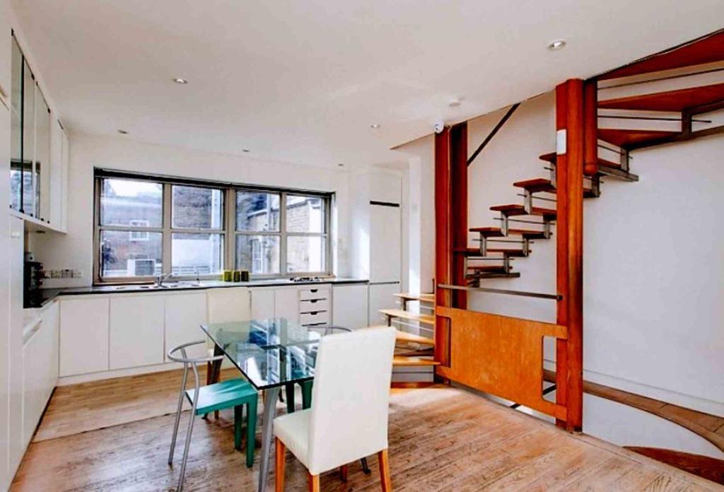 2 bedroom flat in Windmill Street, Fitzrovia, W1T 2HX