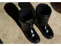 Ladies/Childs Size 4 FitFlop Black Boots