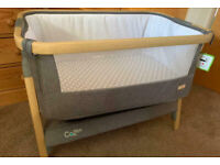 Tutti CoZee Bedside Crib Baby Co-Sleeper (Oak and Charcoal) with sheets