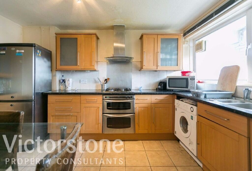 THREE BEDROOM FURNISHED FLAT IN MILE END