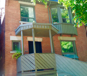 Amazing Location! Roncy- 1 Bedroom + Den Available Oct 1st
